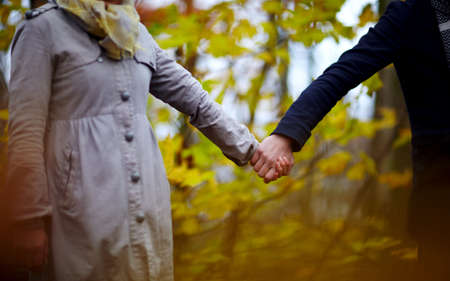 ensemble mains: Amour - Couple dans la for�t holding mains ensemble en for�t