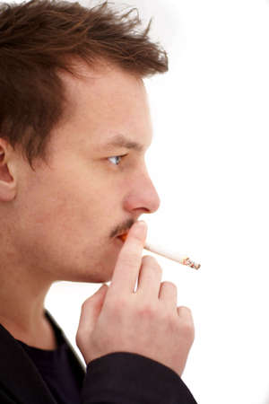 joven fumando: Moderno hombre joven fumando un cigarrillo sobre fondo blanco  Foto de archivo