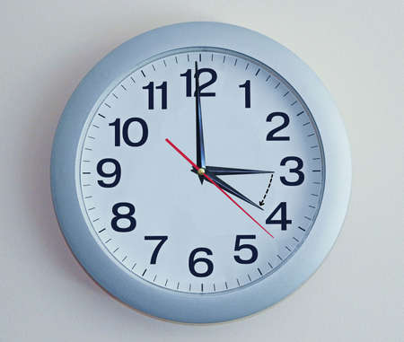goes: Isolated electronic wall clock. Goes to Summer time