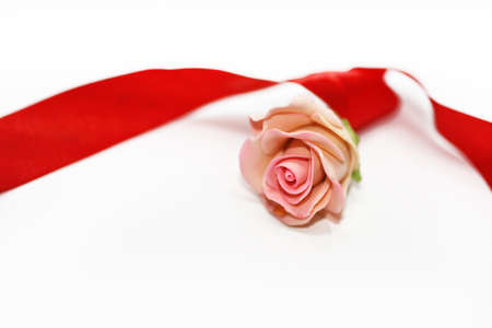 bougie coeur: Composition abstraite de la préparation à la Saint Valentin. Isolé sur fond blanc.