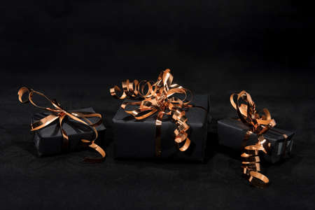 Christmas gift on black Banque d'images