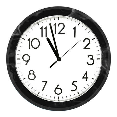 Horloge murale noire. Isolé sur fond blanc. Photo de haute qualité.