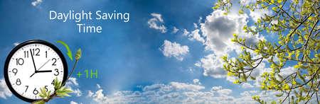 夏令时(DST)。与白色云彩和时钟的蓝天。转向前进(+ 1h)。