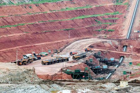 camion minero: Parte de un pozo con gran trabajo carro de mina Foto de archivo