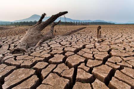 Gebrochenes trockenes Land ohne Wasser. Abstrakter Hintergrund.