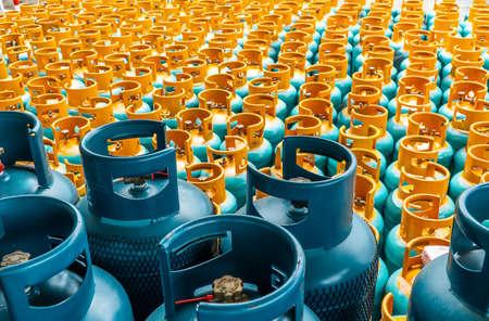 Pila de botellas de gas LPG listo para vender