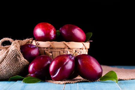 Sweet plums on wooden background Banque d'images