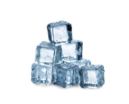 cubetti di ghiaccio su sfondo bianco