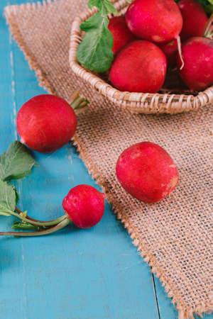 Red fresh radish on wooden Foto de archivo