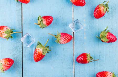 Fresh strawberries in a bowl on wooden table Foto de archivo