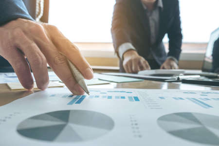 Présentation de l'équipe d'affaires. présentation de secrétaire nouvelle idée et faire rapport à l'investisseur professionnel avec un nouveau plan de projet de financement lors de la discussion à la réunion Banque d'images - 81476201