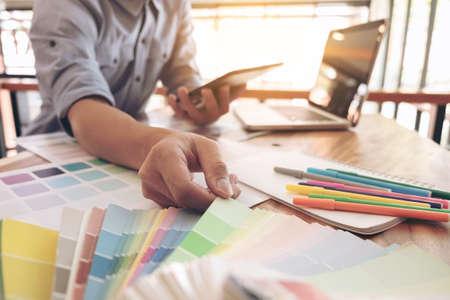 カラー サンプル、色見本サンプル、描画アーキテクチャ、カラーチャートのグラフィック デザイナーを選択する、職場では、ペンのラップトップやタブレット木製机の上で作業します。 写真素材