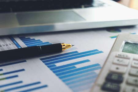 비즈니스 펜 및 노트북 계산기와 금융 그래프 데이터에 흰색 계산기 닫습니다. 금융, 저장, 투자, 비즈니스 및 금융 개념. 스톡 콘텐츠