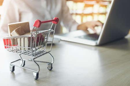 Concepto de compras en línea por Internet, la mujer que compra en línea es una forma de comercio electrónico de un vendedor a través de Internet.