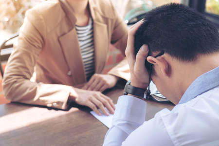 직원, 최종 보수를 제출하는 손 고용주의 가까이 남자 강조했다, 사임, 개념을 사임했다.