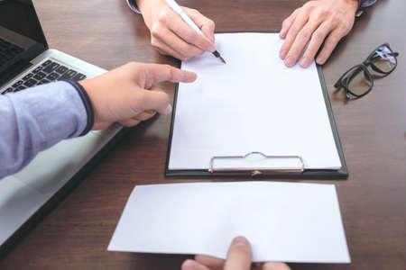 クローズ アップ手雇用主焦点の従業員に辞職の手紙を書いて、概念を辞任、最終的な報酬を出願します。