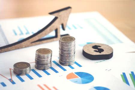 財務会計データ、成長率、金融、節約、投資、ビジネス、コンセプトを銀行に銀行のコイン、背景のスタックでストックのスプレッドシート。