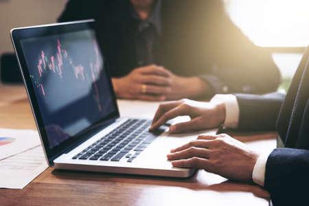 Commercieel team twee collega's die met computer, digitale tablet, het bespreken en de beurshandel van de analysegrafiek handelen die met aandelengrafiek, financieel en investeringsconcept handelen. Stockfoto