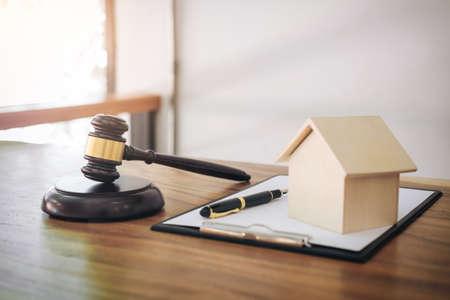 Hamer op klinkend blok in rechtszaal voor beslissen huis verzekering, recht en rechtvaardigheid concept, regelen van een huis omgaan rechtszaak. Stockfoto