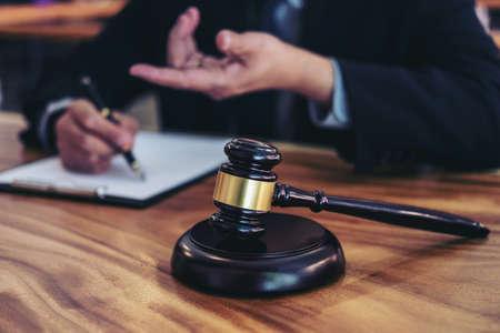Martelo na tabela e no advogado de madeira ou juiz que trabalha com acordo no tema da sala do tribunal, no conceito de justiça e de lei. Foto de archivo - 89634251
