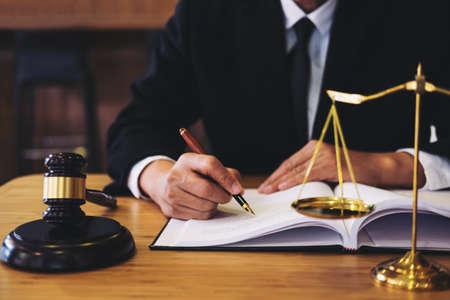 Sędzia młotek z prawnikami Sprawiedliwości, biznesmen w garniturze lub prawnik pracujący nad dokumentami. Pojęcie prawa, porady i sprawiedliwości.