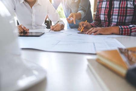 Architect die aan blauwdruk, Ingenieursvergadering werken die met partnercollega's en techniekhulpmiddelen werken voor architecturaal project, Bouwconcept.