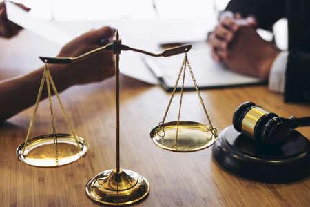 Klantenservice goede samenwerking, overleg tussen een mannelijke advocaat en zakelijke klant, belasting en het concept van onroerend goed.