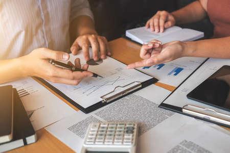 Réunion d'équipe d'affaires travaillant avec le nouveau projet de démarrage, discussion et analyse des données les tableaux et graphiques. Calculatrice de tablette numérique, ordinateur portable en utilisant, finances de l'entreprise et le concept de comptabilité. Banque d'images