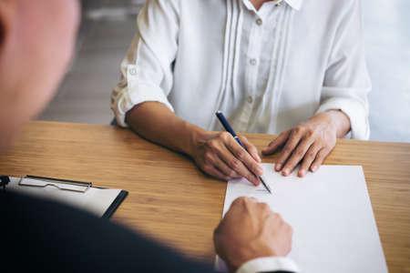 Servicio de atención al cliente buena cooperación, consulta entre un abogado de sexo masculino y el cliente de personas de negocios, los impuestos y la empresa del concepto de bienes raíces. Foto de archivo