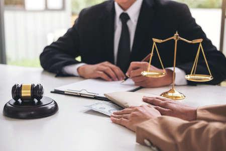 Bestechungs- und Korruptionskonzept, Bestechungsgeld in Form von Dollarscheinen, Geschäftsfrau, die dem männlichen Rechtsanwalt Geld gibt, während Hilfen, Abkommen zu machen, um einen Immobilienvertrag und ein finanzielles Unternehmen zu vereinbaren. Standard-Bild - 90627115
