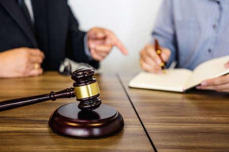 Mannelijke advocaat of rechter raadpleegt teamvergadering met cliënt, wet en juridische dienstverleningsconcept.