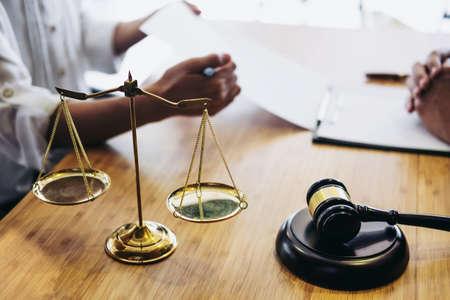 Atendimento ao cliente boa cooperação, consulta entre um advogado do sexo masculino e clientes de negócios, impostos e a empresa do conceito imobiliário. Foto de archivo