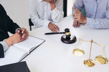 Servicio al cliente, buena cooperación, consulta entre un abogado y un cliente de negocios, impuestos y la empresa de concepto inmobiliario. Foto de archivo