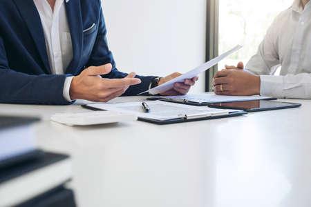 Présentation de l'agent homme et consultation du détail de l'assurance automobile au client et attente de la réponse.