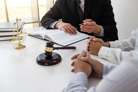 Service à la clientèle de bonne coopération, Consultation entre un avocat et un client d'affaires, la fiscalité et la société du concept immobilier. Banque d'images - 92878470