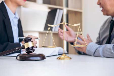 Treffen mit Team an der Anwaltskanzlei, Beratung zwischen einer Rechtsanwältin und einer Geschäftsfraukunde, Steuern und Vertrag die Firma des Immobilienkonzeptes.