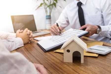 Geschäft, das einen Vertrag unterzeichnet Kauf - verkaufen Sie das Haus, den Versicherungsagenten, der über Wohnungsbaudarlehen Real Estate-Konzept analysiert. Standard-Bild
