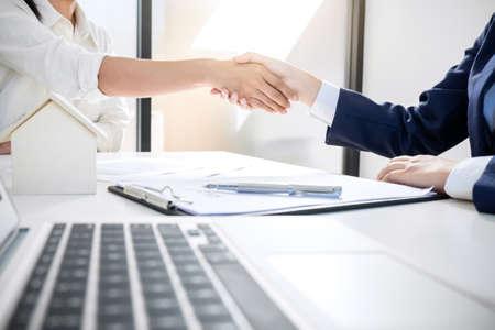 Poignée de main après une bonne coopération, courtier immobilier agent résidentiel serrant la main du client après un accord de bonne entente contrat de location de maison.
