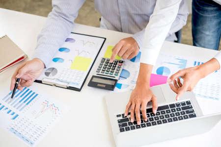Wirtschaftsprüfer oder Bankier, Geschäftspartner berechnen und analysieren mit Aktienfinanzindizes und Finanzkosten klug und sorgfältig, Investitions- und Finanzkonzept.