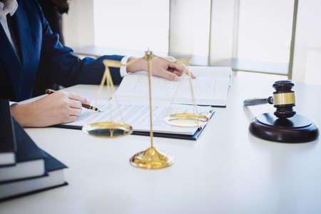 Teamwork van collega's bedrijfsjurist, overleg en conferentie van professionele vrouwelijke advocaten die werkzaam zijn bij een advocatenkantoor in functie. Concepten van wet, rechter hamer met schalen van rechtvaardigheid. Stockfoto
