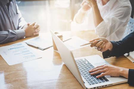 Gruppentreffen für Start-up-Geschäftsleute, Team junger kreativer Mitarbeiter, das im Büro arbeitet und über ein neues Planprojekt diskutiert, Unternehmer, Brainstorming, Teamwork, professionelles Geschäftsteam. Standard-Bild