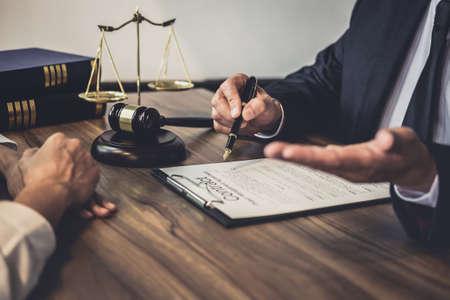 Buen servicio de cooperación, consulta de empresaria y abogado o juez consejero con reunión de equipo con el cliente, concepto de servicios legales y legales.