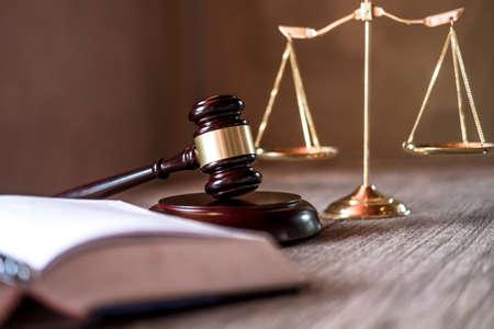 Rechter hamer met advocaten van Justitie, objectdocumenten die op tafel werken. Juridisch recht, advies en rechtvaardigheidsconcept.