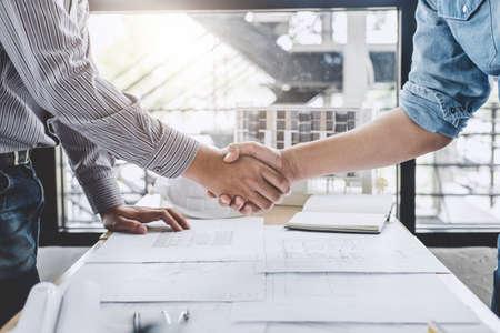 Spotkanie i powitanie, Spotkanie dwóch inżynierów lub architektów w sprawie projektu, uścisk dłoni po konsultacji i konferencji nowy plan projektu, umowa dla obu firm, sukces, partnerstwo.
