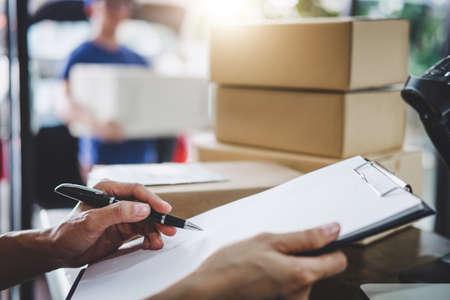 Mente de servicio de entrega a domicilio y servicio de trabajo, orden de comprobación de trabajo de mujer para confirmar antes de enviar al cliente a la oficina de correos. Foto de archivo