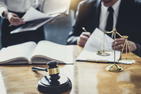 Męski prawnik lub radca prawny pracujący na sali sądowej spotyka się z klientem w celu konsultacji dokumentów kontraktowych dotyczących nieruchomości, koncepcji prawa i usług prawnych.