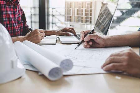 Hände des Architekten oder Ingenieurs, der an einem Blaupausen-Meeting für ein Projekt arbeitet, das mit einem Partner an Modellbau- und Konstruktionswerkzeugen auf der Baustelle, im Bau- und Strukturkonzept arbeitet.