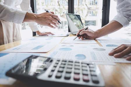 Business Casual Team Manager, der eine Diskussion mit neuen Projekterfolgsfinanzstatistiken führt, Partnertreffen mit professionellen Investoren, die ein Startprojekt für beide Unternehmen mit Dokument durchführen.