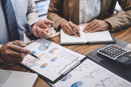 Colega del equipo empresarial que trabaja con el nuevo plan de proyecto de inicio y la información de discusión para la estrategia financiera con una computadora portátil, los resultados de su exitoso trabajo en equipo.