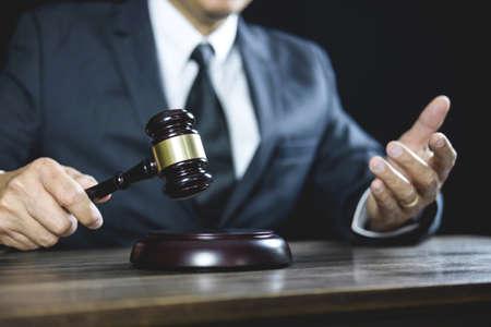 Derecho legal, mazo de juez con asesoramiento de abogados de justicia con mazo y balanza de la justicia, consejero o abogado masculino que trabaja en la sala del tribunal sentado en la mesa y papeles.